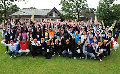 Gruppenfoto: Die 96 Teilnehmer nach der Begrüßung